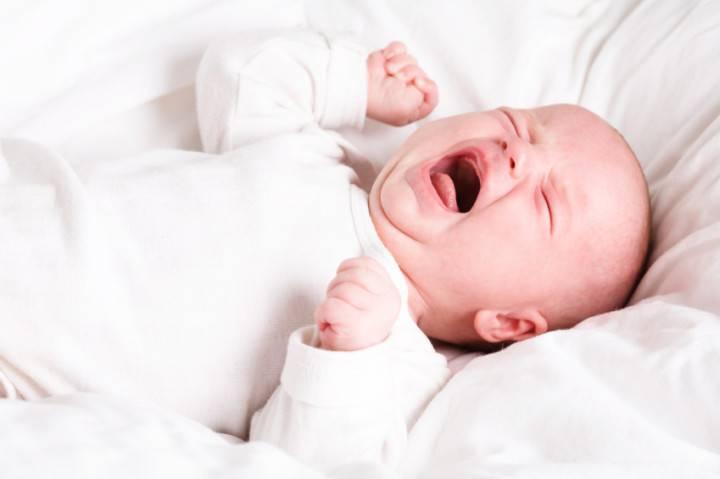 Bệnh viêm màng não ở trẻ sơ sinh có thể do nụ hôn từ người lớn